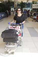 Neelam Kothari snapped at airport on 24th Oct 2016 (13)_580f664ae636f.JPG