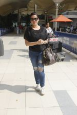 Neelam Kothari snapped at airport on 24th Oct 2016 (16)_580f664f4dd0d.JPG