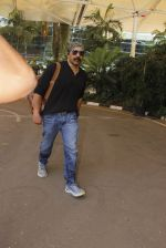 Sunny Deol snapped at airport on 24th Oct 2016 (15)_580f6662e9c2a.JPG