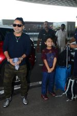 Kailash Kher snapped at airport on 25th Oct 2016 (40)_58104eebc4639.JPG
