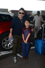Kailash Kher snapped at airport on 25th Oct 2016 (41)_58104eec742c8.JPG
