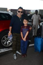 Kailash Kher snapped at airport on 25th Oct 2016 (42)_58104eed2bcab.JPG