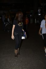 Yami Gautam snapped at airport on 25th Oct 2016 (18)_58105d468ad3b.JPG