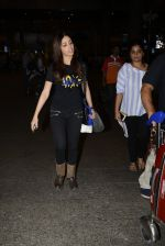 Yami Gautam snapped at airport on 25th Oct 2016 (20)_58105d4899add.JPG