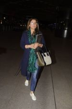 Dimple Kapadia leaves with family for holidays on 26th Oct 2016 (15)_5812f3e6efe9c.JPG