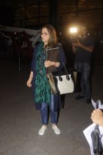 Dimple Kapadia leaves with family for holidays on 26th Oct 2016 (10)_5812f3cfc81ee.JPG