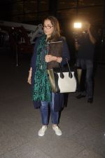 Dimple Kapadia leaves with family for holidays on 26th Oct 2016 (11)_5812f3d24341a.JPG