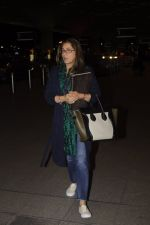 Dimple Kapadia leaves with family for holidays on 26th Oct 2016 (12)_5812f3d3536b1.JPG