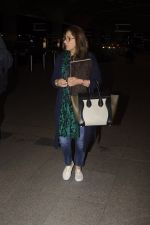 Dimple Kapadia leaves with family for holidays on 26th Oct 2016 (14)_5812f3dc862fe.JPG