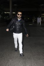Emraan Hashmi snapped at airport on 26th Oct 2016 (17)_5812f38047fe1.JPG