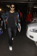 Sidharth Malhotra snapped at airport on 28th Oct 2016 (1)_5814c12a10e7a.JPG