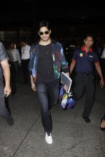 Sidharth Malhotra snapped at airport on 28th Oct 2016 (5)_5814c12e7c31c.JPG