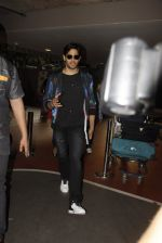 Sidharth Malhotra snapped at airport on 28th Oct 2016 (8)_5814c13112053.JPG
