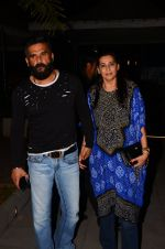 Sunil Shetty, Mana Shetty snapped at dinner in bandra on 27th Oct 2016 (5)_5814b7fc839b9.JPG