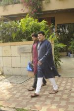 Siddharth Roy Kapoor and Aditya Roy Kapoor snapped outside their home in Juhu on 29th Oct 2016 (3)_58172fd5ed8e0.JPG