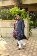 Siddharth Roy Kapoor and Aditya Roy Kapoor snapped outside their home in Juhu on 29th Oct 2016 (4)_58172fbb66855.JPG