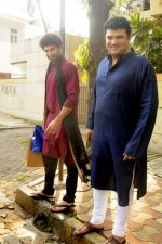 Siddharth Roy Kapoor and Aditya Roy Kapoor snapped outside their home in Juhu on 29th Oct 2016 (6)_58172fbc0c112.JPG
