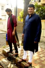 Siddharth Roy Kapoor and Aditya Roy Kapoor snapped outside their home in Juhu on 29th Oct 2016 (7)_58172fd75168b.JPG