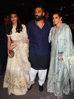 Sunil Shetty, Mana Shetty at BIG B_s Diwali bash on 31st Oct 2016 (78)_581888aea2fb9.JPG