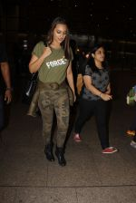 Sonakshi Sinha snapped at airport on 3rd Nov 2016 (16)_581c2d750ebe7.JPG