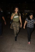 Sonakshi Sinha snapped at airport on 3rd Nov 2016 (18)_581c2d768e63d.JPG