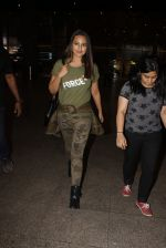 Sonakshi Sinha snapped at airport on 3rd Nov 2016 (19)_581c2d7737bf3.JPG