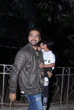 Raj Kundra snapped with son on the sets of Super Dancer on 7th Nov 2016 (1)_58219b7029aa6.JPG