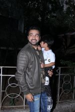 Raj Kundra snapped with son on the sets of Super Dancer on 7th Nov 2016 (2)_58219b7138a1f.JPG