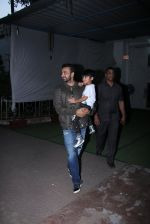 Raj Kundra snapped with son on the sets of Super Dancer on 7th Nov 2016 (3)_58219b7245adb.JPG