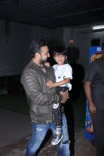 Raj Kundra snapped with son on the sets of Super Dancer on 7th Nov 2016 (6)_58219b75b6048.JPG