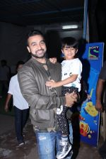 Raj Kundra snapped with son on the sets of Super Dancer on 7th Nov 2016 (7)_58219b76ba37f.JPG