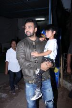 Raj Kundra snapped with son on the sets of Super Dancer on 7th Nov 2016 (8)_58219b77e4030.JPG