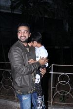 Raj Kundra snapped with son on the sets of Super Dancer on 7th Nov 2016 (9)_58219b78f2c05.JPG