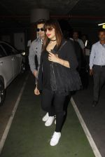 Bipasha Basu, Kara Singh Grover snapped at airport on 8th Nov 2016 (75)_5822c6b1d6af7.JPG