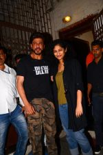 Shahrukh Khan and Gauri Shinde snapped on 8th Nov 2016 (7)_5822c965a600c.JPG