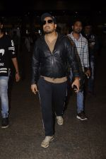 Mika Singh snapped at airport on 11th Nov 2016 (38)_5826c25c5e025.JPG