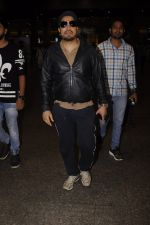 Mika Singh snapped at airport on 11th Nov 2016 (39)_5826c25f5c47f.JPG