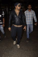 Mika Singh snapped at airport on 11th Nov 2016 (34)_5826c252ebd56.JPG
