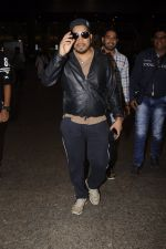 Mika Singh snapped at airport on 11th Nov 2016 (36)_5826c2567515e.JPG