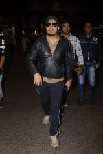 Mika Singh snapped at airport on 11th Nov 2016 (37)_5826c25b0afba.JPG