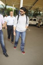 Abhishek Bachchan snpped at airport on 13th Nov 2016 (4)_582aaccc1e323.JPG