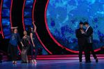 Manish Paul, Karan Johar on the sets of Jhalak Dikhhla Jaa on 14th Nov 2016(26)_582ab545aa762.JPG