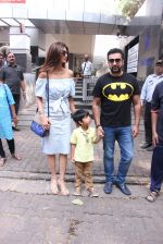 Shilpa Shetty, Raj Kundra snapped in Mumbai on 13th Nov 2016 (18)_582aae21a4b69.JPG