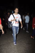 Varun Dhawan snpped at airport on 13th Nov 2016 (49)_582aad25b4aa5.JPG