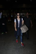 Ameesha Patel snapped at airport on 16th Nov 2016 (10)_582d5eb162d43.JPG