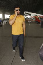 Arjun Kapoor snapped at airport on 16th Nov 2016 (11)_582d5c1bbee7c.JPG