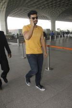 Arjun Kapoor snapped at airport on 16th Nov 2016 (7)_582d5c1785fc1.JPG