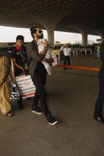 Shahid Kapoor snapped at airport on 16th Nov 2016 (48)_582d5c5e421dd.JPG