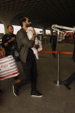 Shahid Kapoor snapped at airport on 16th Nov 2016 (50)_582d5c5fb55ae.JPG