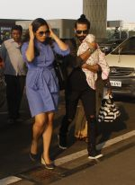 Shahid Kapoor snapped at airport on 16th Nov 2016 (52)_582d5c61628ba.JPG